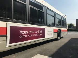 Ad advertisement in French on the side of a public bus
